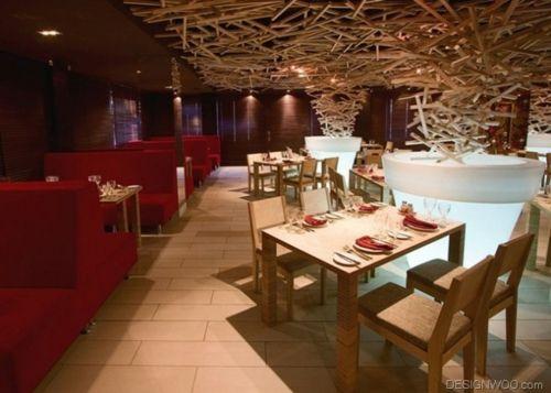 Deckenverkleidung hängende holz struktur esstische restaurant ...