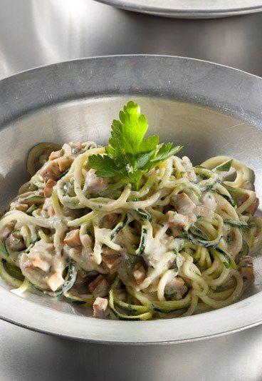 Zucchini-Spaghetti alla Carbonara - 5 leckere vegane Rezepte - Carbonara-Soße muss immer mit ganz viel Sahne und Speck aufwarten? Stimmt nicht! In diesem Rezept kommen Mandelmus und Tofu zum Einsatz. Zutaten: 100 g weißes Mandelmus ½...