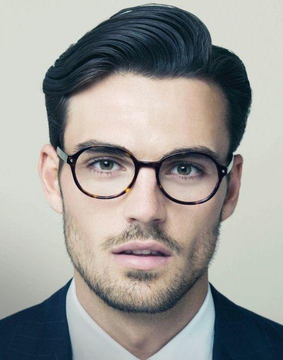 Homme au visage rectangulaire avec des lunettes rondes