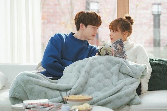 """Lee Jong Suk And Lee Na Young Have A Sweet Date At Home In """"Romance Is A Bonus Book"""""""