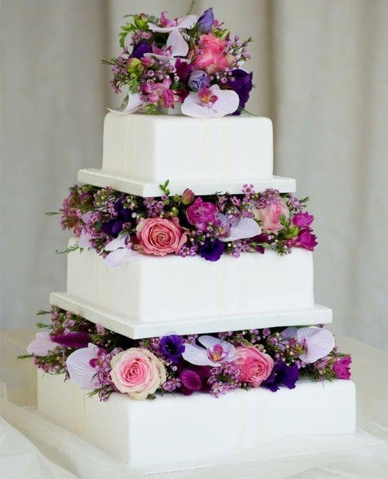 Hochzeitstorte frische Blumen Etagere Deko