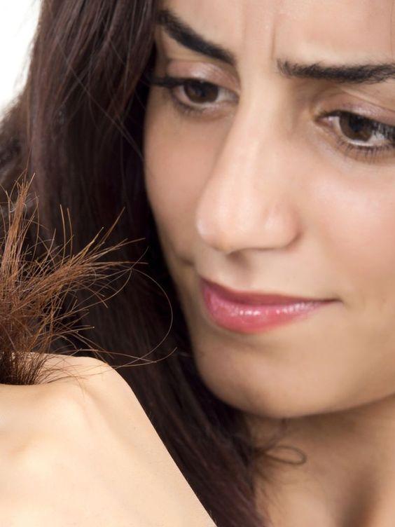 Pour hydrater ses cheveux secs en profondeur, réalisez des masques maison à base d'huile de ricin et retrouvez une chevelure soyeuse.