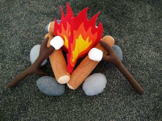 Feu de camp en feutrine pour faire griller des marshmallow