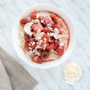 Bizcocho de quinoa, arandanos y canela perfecto para desayunar, cargado de proteínas y apto para intolerantes al gluten.