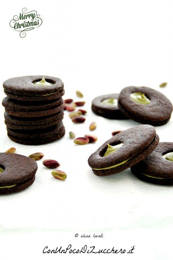 Biscotti al cacao farciti con crema al pistacchio