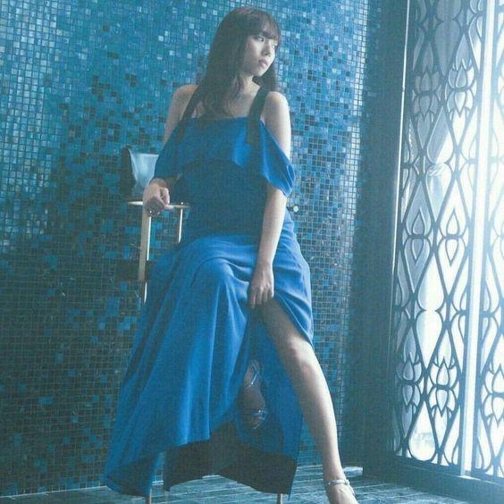 青色ドレスの新内眞衣