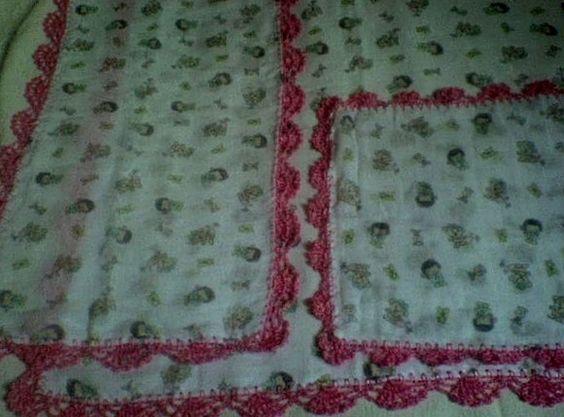 - Fralda luxo - Barrado em crochê, linha polipropileno (seda): 03 cm  - a cor do barrado a escolher - estampa de acordo com o barrado e a estampa que tiver em estoque  - Valores: - manta 70 x 70: R$ 20,00 - ombro 35 x 70: R$ 15,00 - boca: 34 x 35: R$ 8,00 R$43,00