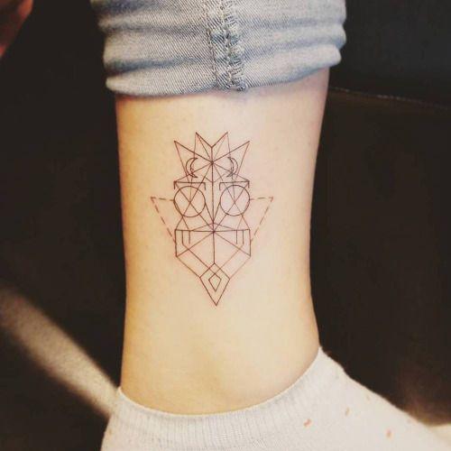 Tatuaje de un búho de estilo geométrico situado encima del...