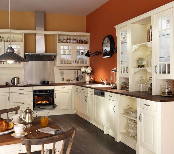 Cuisine DOMAINE - Vanille. Le modèle Domaine vous offre une cuisine campagnarde « à l'ancienne » avec les fonctionnalités d'une cuisine moderne. Craquez sur ses portes en chêne stylisées et ses fausses vitrines grillagées !
