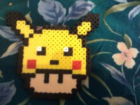 Hongo de Mario Bross con gorro de Pikachu en.  Perler Beads/Hama Beads/Cuentas de Tubo