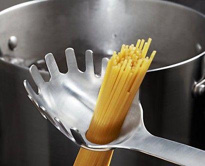 Iedereen heeft wel een spaghettivork. Ideaal om spaghetti uit je pot te scheppen en te serveren op je bord, uiteraard. Maar waarom zit er (bijna) altijd een gat in zo'n vork? Het gat zorgt er voor dat er eventueel nog wat overgebleven vocht weg kan lopen en zo niet in je bord spaghetti terecht komt. … Continued