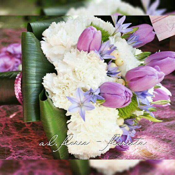 Bouauet de cravos, agapanus, ipericum, green trik e tulipas