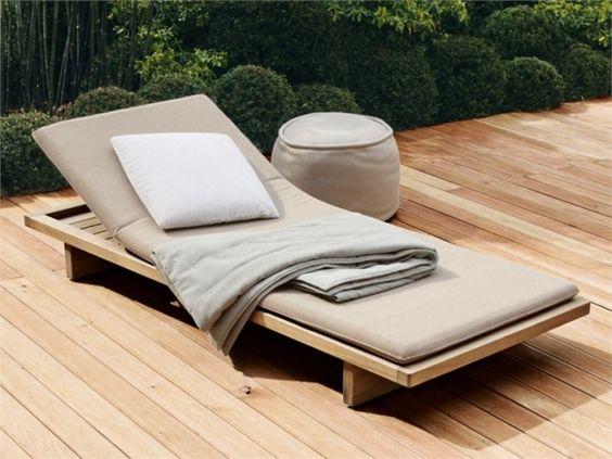 chaise longue jardin en teck avec matelas gris SABI par Paola Lenti