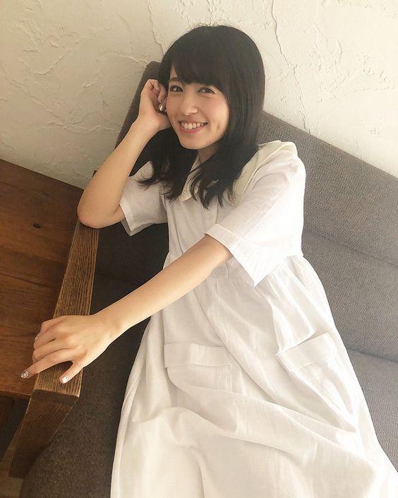 ソファに座る逢田梨香子