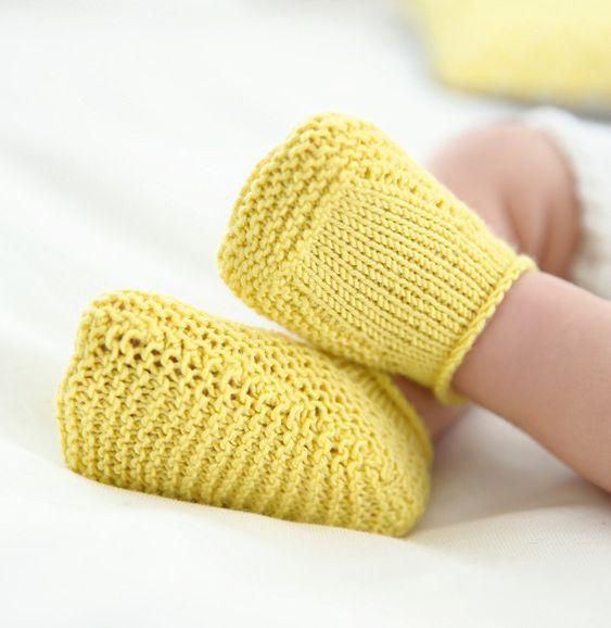 Voici un petit modèle de chaussons très simple mais qui aura le mérite de protéger les petits pieds de nos petits bouts. Ce modèle est tricoté en 'Laine DETENTE ' coloris mimosa au point mousse. Modèle n°13 du mini-catalogue N°641 : Layette - Printemps/été 2016
