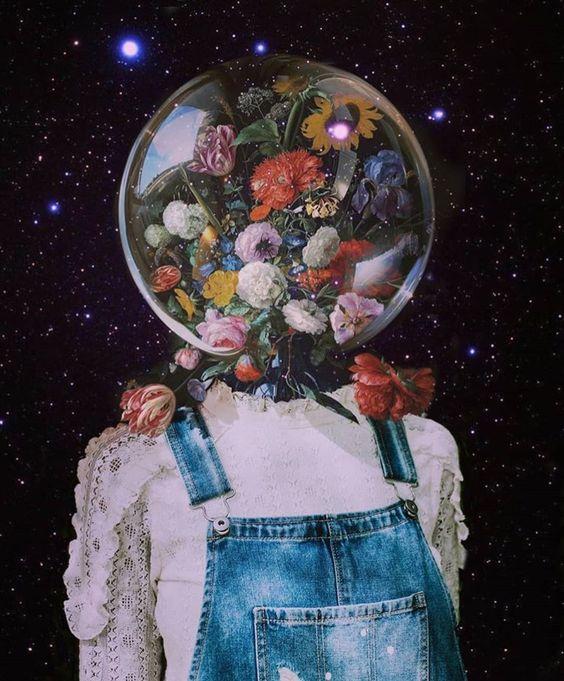Menina astronauta com flores na cabeça.