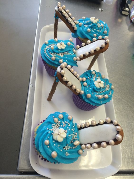 """Rob really out-did herself with these awesome cupcakes.  Mums """"ate them up"""" - pardon pun!"""