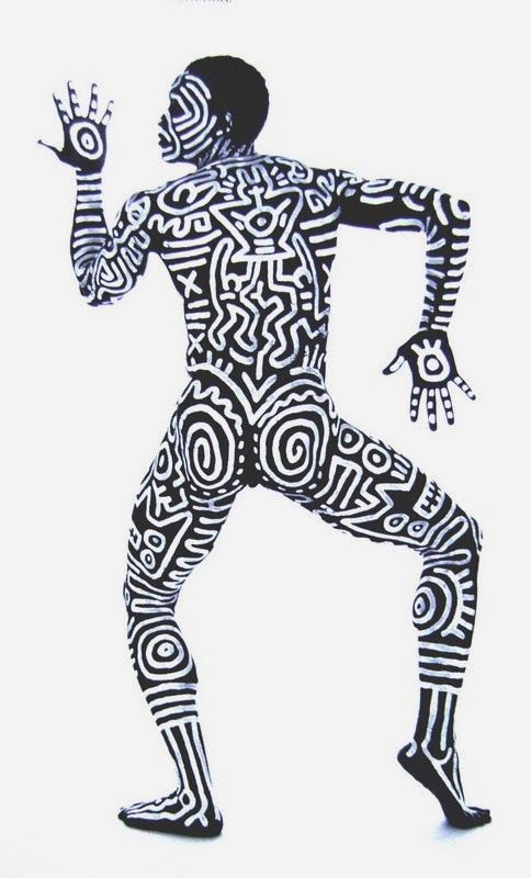 HARING Keith (1958-1990), Corps peint de Bill T.Jones, 1983, photographie de Tseng Kwong Chi, c-print, 80x48 cm. Artiste de la Figuration libre, inspiré par l'art du graffiti, Keith Haring a peint sur tous supports, tableaux, murs, objets ou corps, avec des signes et des motifs figuratifs stylisés cernés de noirs et parfois emplis de couleurs vives.