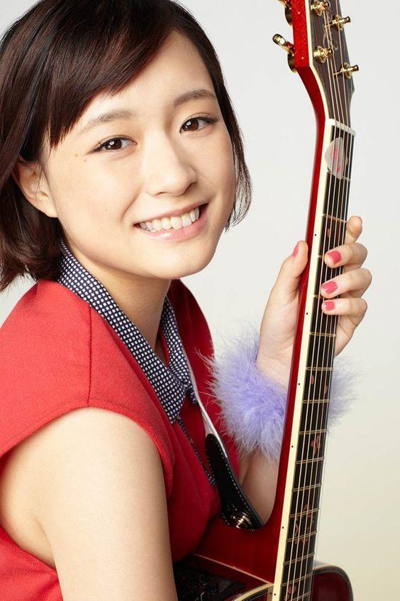 ギターを抱えた大原櫻子