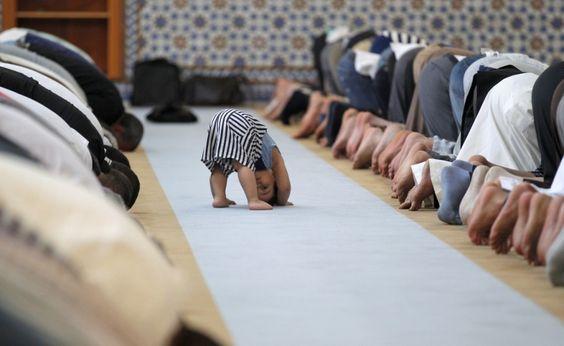 Un bambino vicino i membri della comunità musulmana durante la preghiera di mezzogiorno nella Grande Moschea di Strasburgo nel primo giorno di Ramadan il 9 luglio (Reuters/Vincent Kessler)