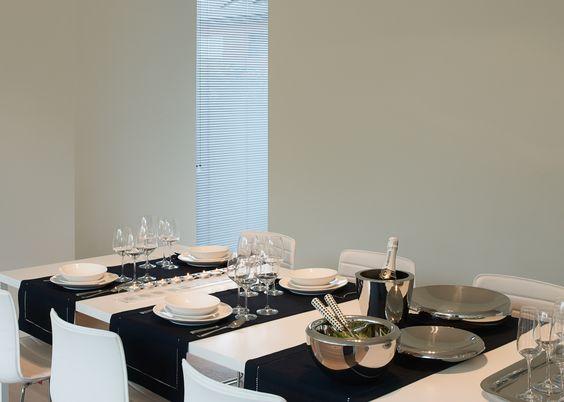 Modern tableware in black and white strakke eettafel met enkel zwarte en witte accessoires get - Moderne eettafels ...