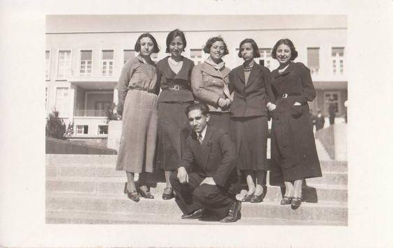 Ankara'da Enstitü Önünde Talebeler (1934)-SE