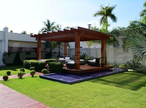 Casa no Jardim Acapulco na Praia de Pernambuco no Guarujá, com 06 suítes, sendo 2 master's com closet e hidromassagem, sala para 02 ambientes com terraço mobiliável, lavabo, home theater, sala íntima, cozinha planejada, despensa, área de serviço e casa de caseiro completa.  1.000 m² de terreno | 04 vagas.   Lazer com amplo jardim e deck, piscina com raia integrada a sauna úmida, spa/ofurô, espaço zen e varanda gourmet com churrasqueira e chopeira.