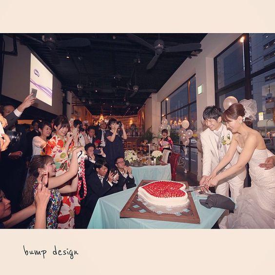 #DUMBO  名古屋ダンボさんでの二次会。  まずはケーキカットから! ハートのケーキ、かわいい^ ^  ケーキカットは「二人ぼっち」にしないでゲストをたーーくさん入れて撮影。  うーん臨場感が素晴らしい。 それもこれも素敵なお二人と、心から楽しんでいるゲストの皆さんのおかけです。  #結婚写真 #花嫁 #プレ花嫁 #結婚 #結婚式 #結婚準備 #婚約 #カメラマン #プロポーズ #前撮り #エンゲージ #写真家 #ブライダル #ゼクシィ #ブーケ #和装 #ウェディングドレス #ウェディングフォト #七五三 #お宮参り #記念写真  #ウェディング #IGersJP  #weddingphoto #bumpdesign #バンプデザイン