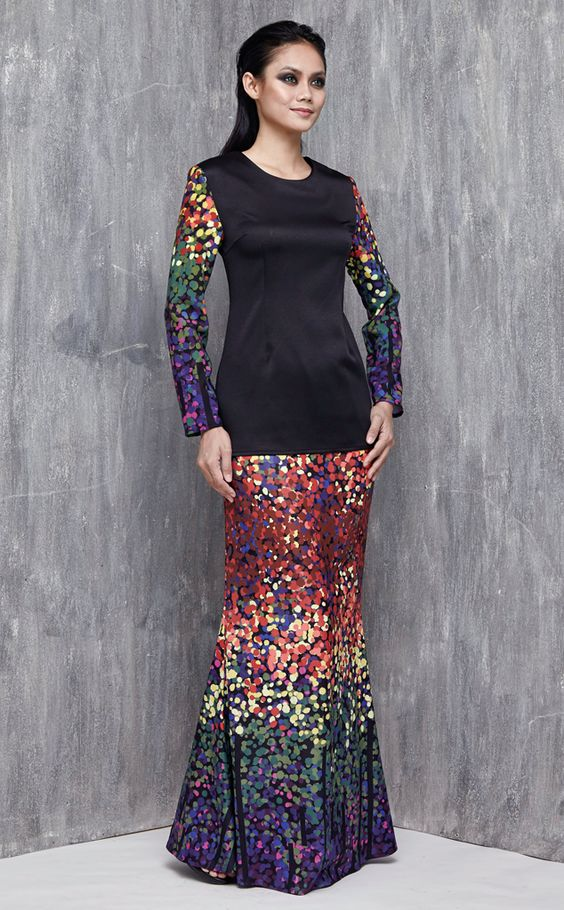 EMEL X DYNAS MOKHTAR - ATOLLA - Modern Printed Sleeves Baju Kurung (Black) This modern baju kurung is simple yet sophisticated, featuring our emel exclusive prints on the sleeve and skirts and a plain bodice for a demure and feminine look. #emelxCLPTS #emelxDynasMokhtar #emelbymelindalooi #bajuraya #bajukurung #emel2016 #raya2016 #DynasMokhtar #lookbook #print #black #moden #2016 #baju #kurung #baju #raya