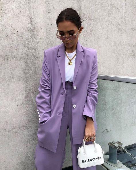 Tous les conseils et idées de tenues colorées et comment les porter avec style ! Tous les conseils & idées de tenues sont dans cet article ! #tenuefemme40ans #blogmodefemme40ans #tenuestylée #élégante #tenuesfêtes #couleurs #associercouleurs #pantalonviolet #sacbalenciaga #tshirtlooseblanc #blazerviolet