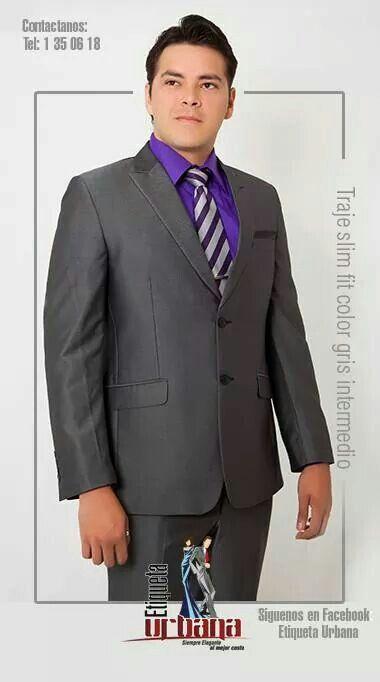 Traje slim fit gris intermedio combinado con camisa color morado con corbata grises con morado