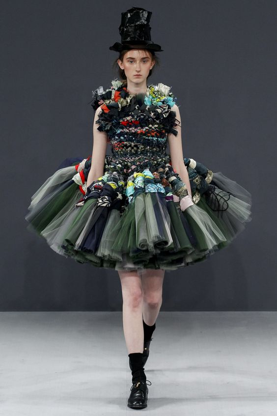 See the complete Viktor & Rolf Fall 2016 Couture collection.: