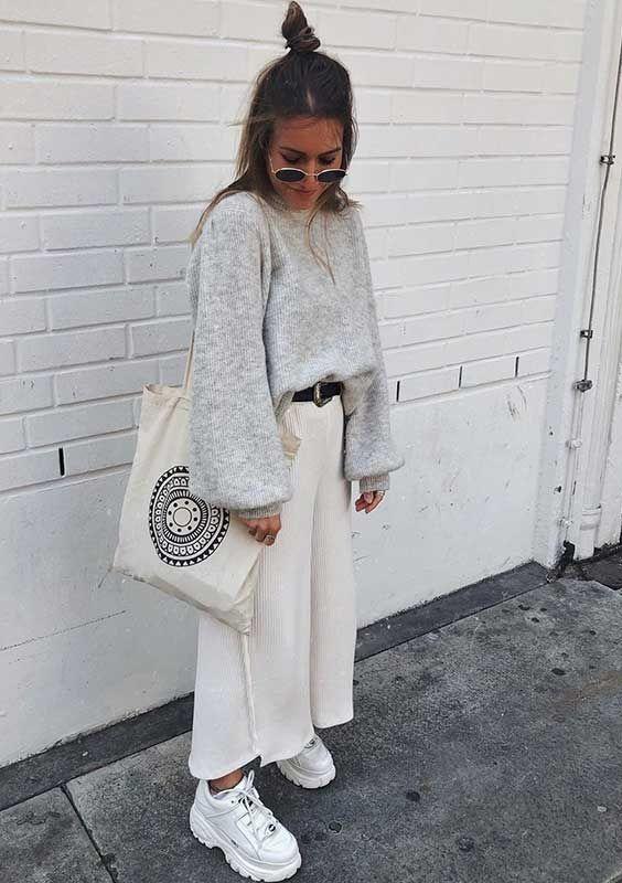 Musa do estilo: Minnahigh - #GuitaModa. Maxi suéter cinza, cinto preto, bolsa estampada, calça branca tantacourt, tênis branco, buffalo shoes, dad sneaker, óculos redondo
