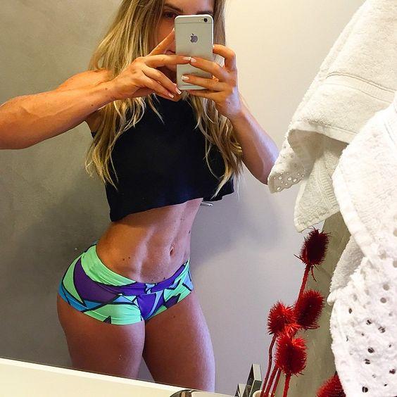 Las chicas del gym saben como marcar el abdomen
