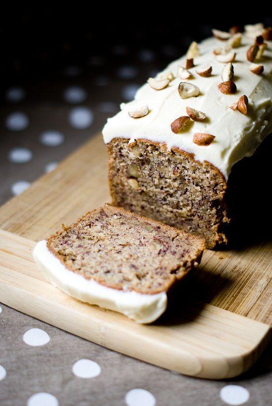 """Une jolie recette pour une gourmandise idéale au petit-déjeuner, comme au goûter : le fameux """"banana bread"""" américain! Derrière ce nom se cache un cake à la banane très parfumé et tout aussi moelle..."""