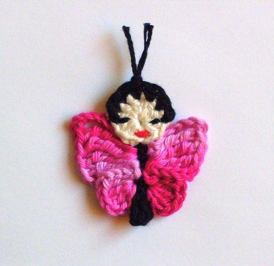 *1 Schmetterling*  ca : 4.5 x 4.5 cm groß  gehäkelt aus 100% Baumwolle  mein Entwurf in Japan Stil!  Freie Farbwahl!  *Teilen Sie mir bitte nach dem Kauf ihre Nummer mit !*