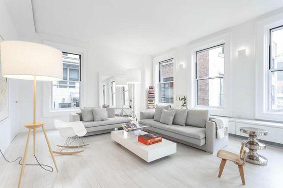 farbgestaltung wohnzimmer weiße wände hellgraue sofas weißer couchtisch stehlampe