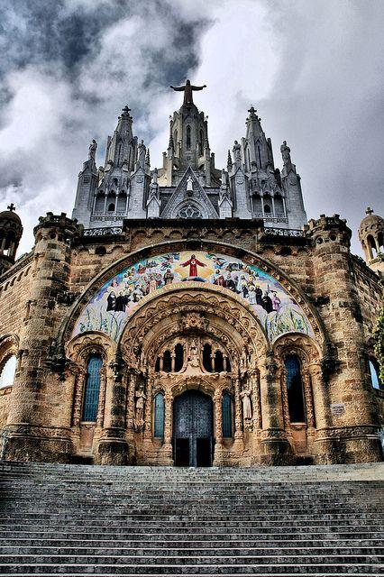 El Templo del #SagratCor junto al #Tibidabo en #Barcelona, son dos iglesias…