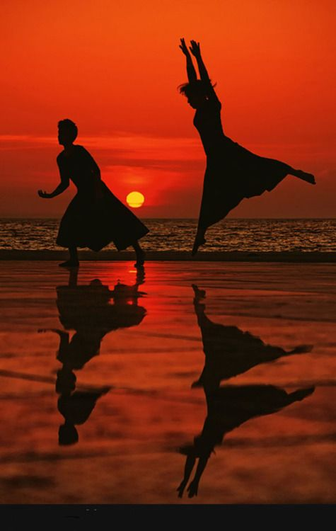 .: Sunset Pictures, Sunset Silhouettes, Beach Sunsets, Sunset Dance, Beautiful Sunset, Photography Silhouettes, Sunrise Sunset, On The Beach, Earth Delights