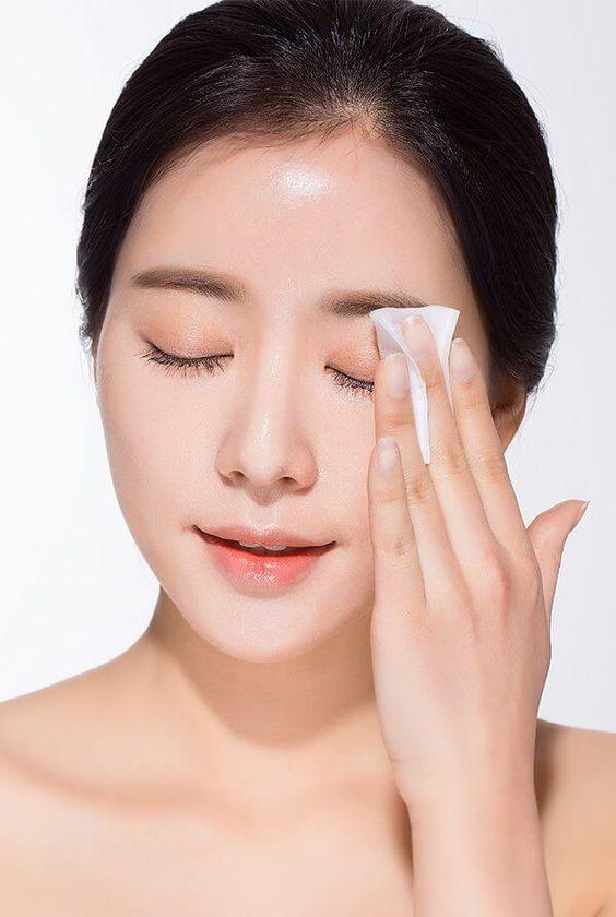 Tẩy trang không đúng cách có khả năng gây nhăn da mắt đấy. Mascara chống nước là một món quà mà thiên thần gửi cho phái đẹp, để tẩy mascara chống nước này đi thì không đơn giản.