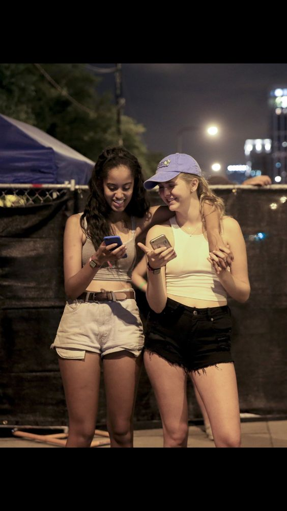 After a trip to Spain and celebrating her 18th birthday at the White House, the #FirstDaughter #MaliaObama has now been spotted having a great time at Lollapalooza in her hometown of Thursday July 28, 2016 Chicago.
