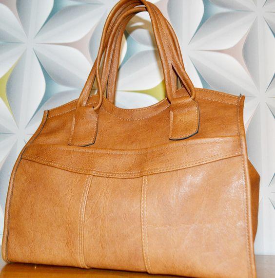 True Vintage  Handtasche aus den 70er Jahren  Die Tasche ist Braun und sehr edel und hochwertig gearbeitet           Siehe Bilder ...   Guter Vintage Zustand, keine Löcher, keine Flecken