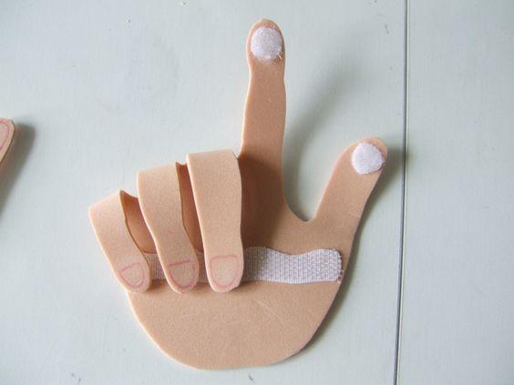 apprendre a compter avec ses mains Les mains, taille réelle, sont en feuille de caoutchouc de couleur. super facile à découper, par contre il faut de la colle forte pour fixer le velcro, le fait qu'il soit autocollant ne suffit pas.