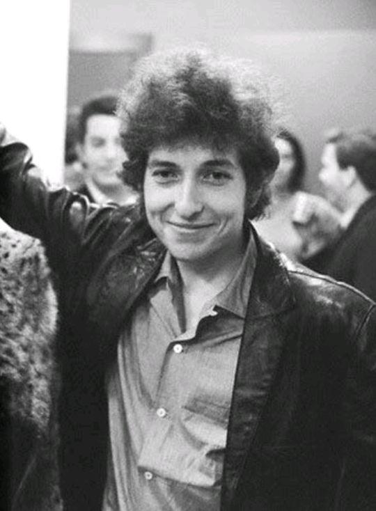 にっこり笑顔を見せるボブ・ディラン