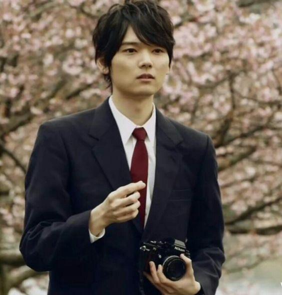 ブレザー姿とカメラを持つ古川雄輝のかわいい画像