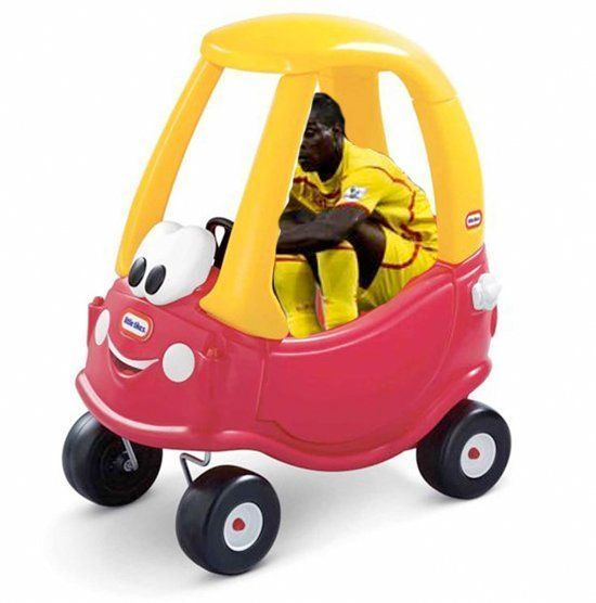 Mario Balotelli jeździ samochodem dziecięcym • Zabawne memy • Balotelli w dziecinnym aucie • Wejdź i zobacz śmieszne zdjęcie Balo >>