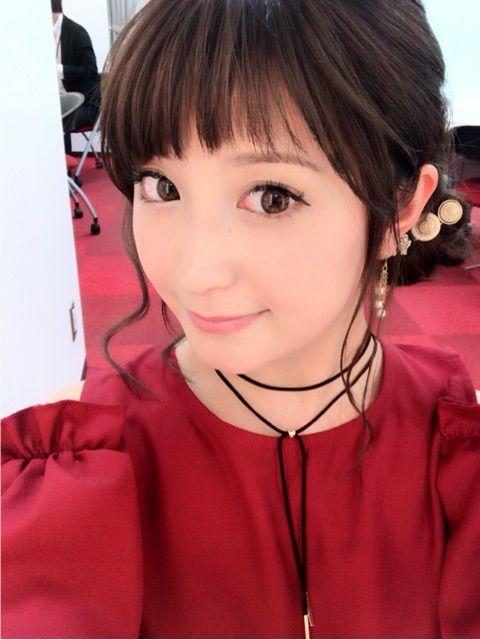 真っ赤な衣装を着たまとめ髪スタイルの矢口真里のかわいい画像