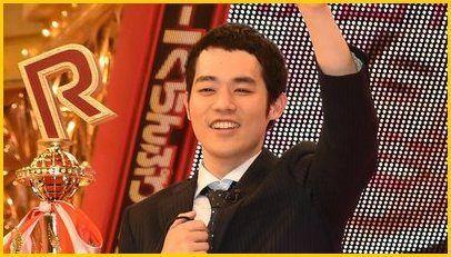 手を上げる濱田祐太郎さん