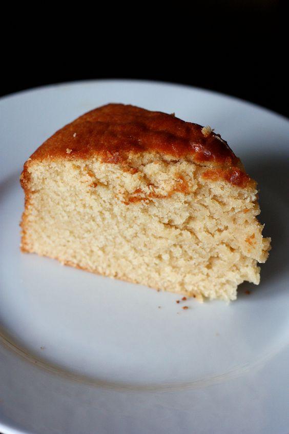 Il y a quelques jours je vous faisais l'éloge d'un cake au yaourt et à la marmelade d'oranges amères, le cake le plus moelleux jamais goûté. Aujourd'hui je vous présente le gâteau au yaourt suprême. D'un moelleux incroyable, comparable à celui du fameux cake ment