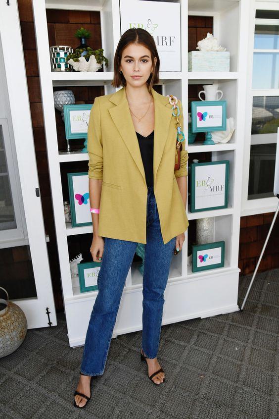 Горчичный пиджак + джинсы идеального оттенка: Кайя Гербер в Малибу (фото 1.1)